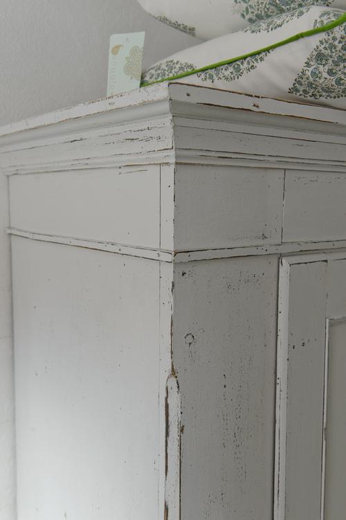 Fint ljusgrått gammalt klädskåp   SÅLT
