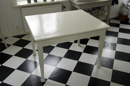 Matbord i gräddvitt    SÅLT