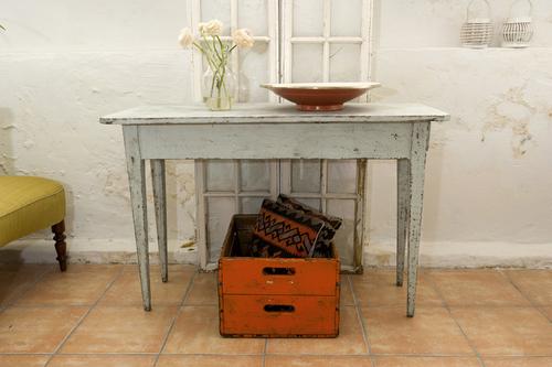 Grått gammalt avlastningsbord.    SÅLT