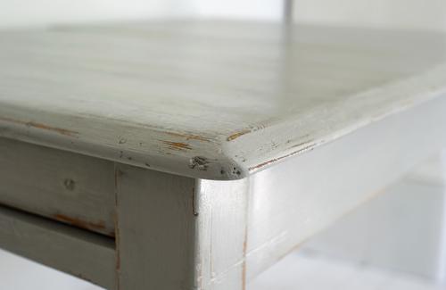 Vackert matbord med svarvade ben      SÅLT