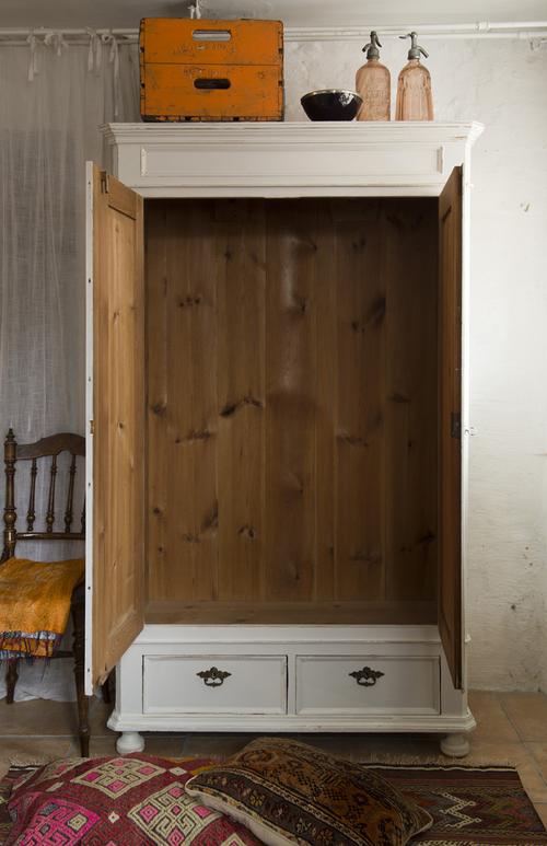 Ett vackert gammalt klädskåp i ljusgrått  SÅLT
