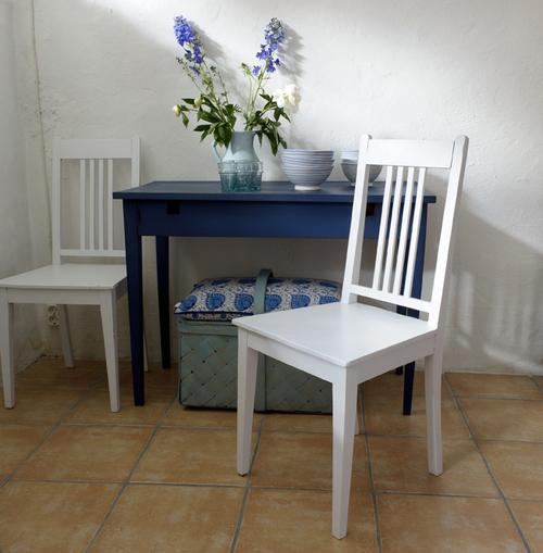 Två gamla vita stolar     SÅLDA