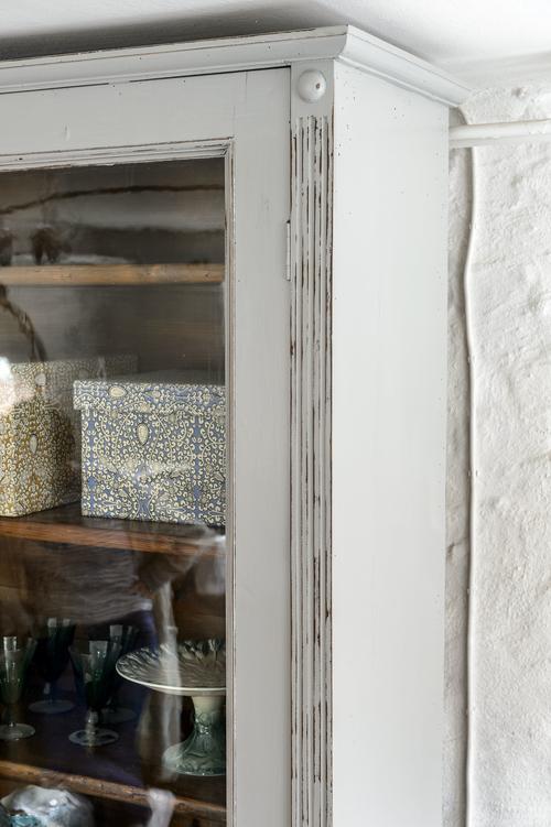 Underbart gammalt vitrinskåp i mellangrått  SÅLT