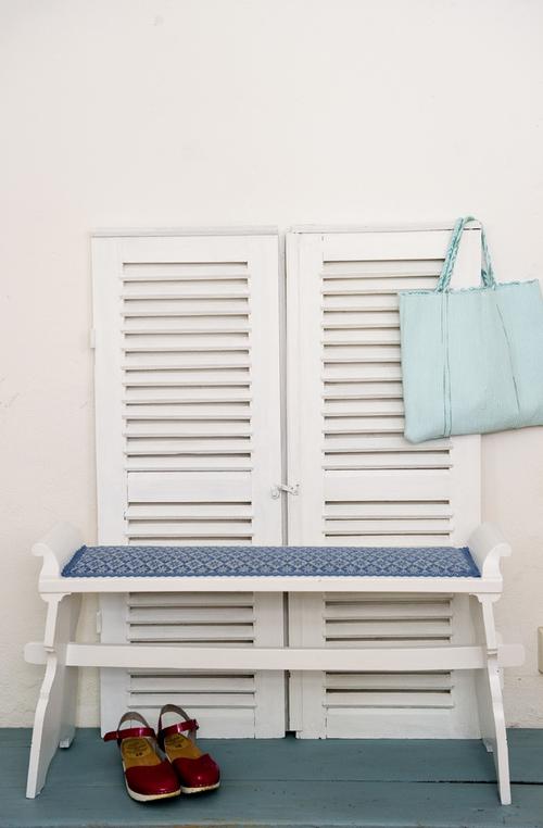 Charmig gammal bänk i blått och vitt.    SÅLD