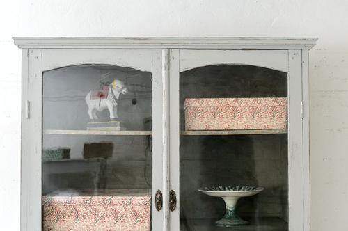 Vackert vitrinskåp från 1800-talet