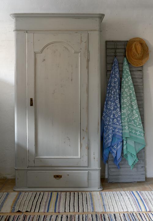 Vackert gammalt klädskåp i varmgrått   SÅLT