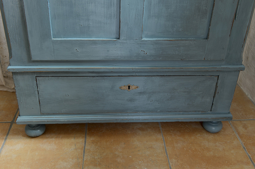 Ett underbart gammalt skåp i grå/blått    SÅLT