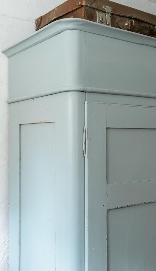 Ett fint gammalt  klädskåp i grå/turkost SÅLT
