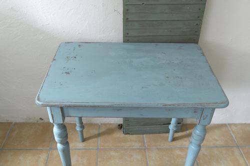 Litet avlastningsbord med svarvade ben     SÅLT