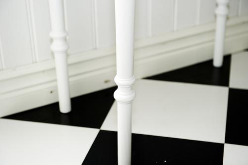 Vitt litet bord med svarvade ben     SÅLT