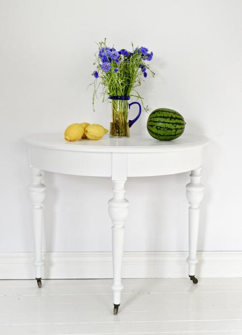 Vitt gammalt halvbord med svarvade ben    SÅLT