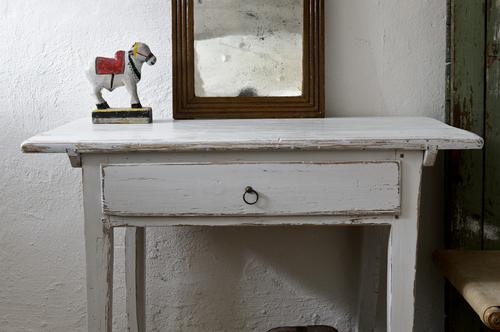 Ljusgrått gammalt bord med låda  SÅLT
