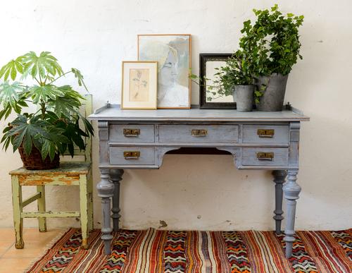 Rufft skrivbord i vacker blåton