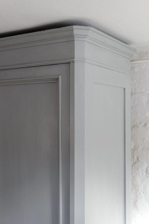 Stort härligt klädskåp i ren och enkel modell   SÅLT