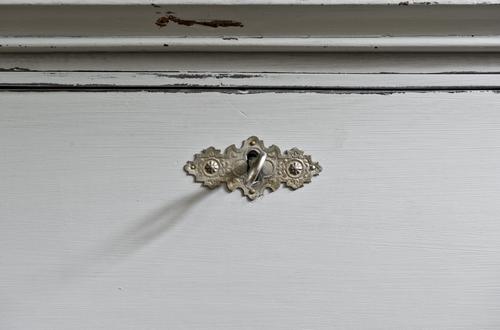 En grå skrivbyrå från 1800-talet  SÅLD