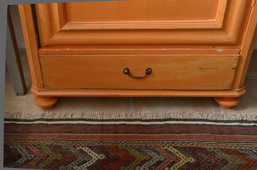 Litet gammalt klädskåp i bränd orange   SÅLT