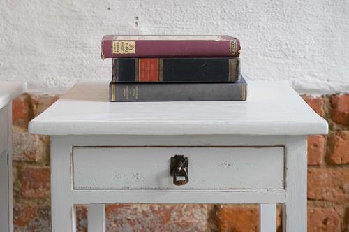 Två charmiga gamla sängbord     SÅLDA
