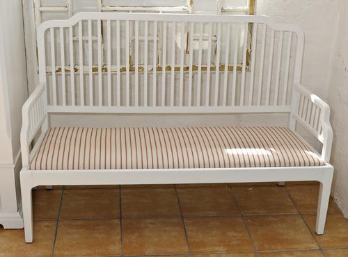 Vit och fin gammal soffa med spjälor  SÅLD