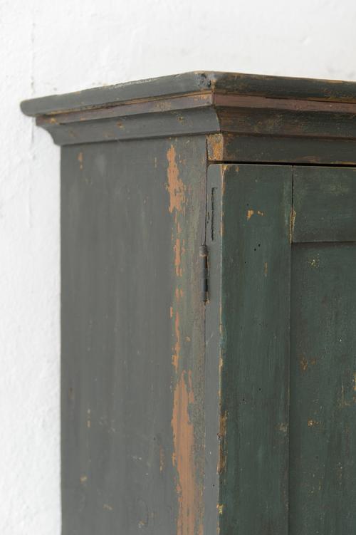 Antikt litet väggskåp    SÅLT