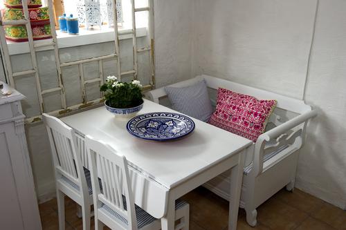 Vitt matbord med två klaffar     SÅLT