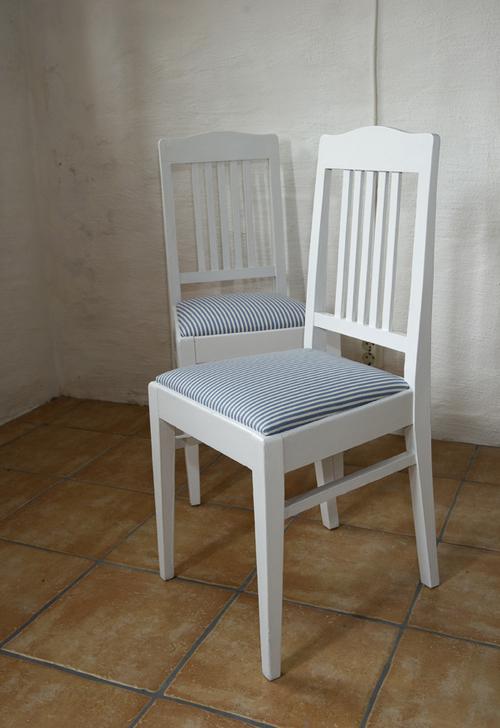Två vita stolar med klädd sits   SÅLDA