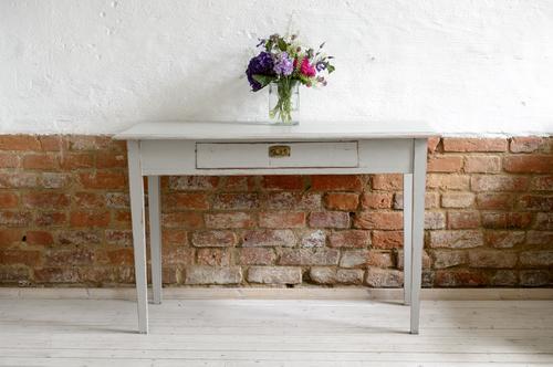 Fint gammalt bord i grått    SÅLT