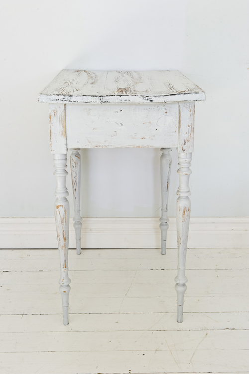 Litet grått avlastningsbord med låda  SÅLT