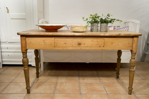 Trärent gammalt bord med låda SÅLT