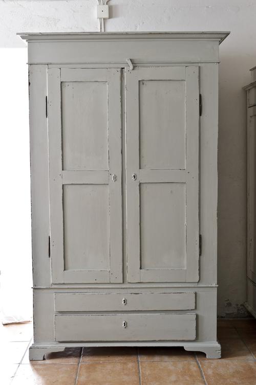 Varmgrått gammalt klädskåp  SÅLT