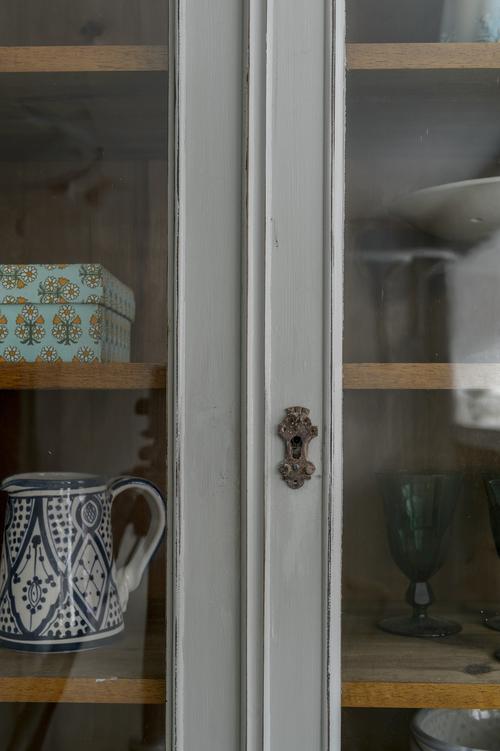 Antikt vitrinskåp i grått      SÅLT