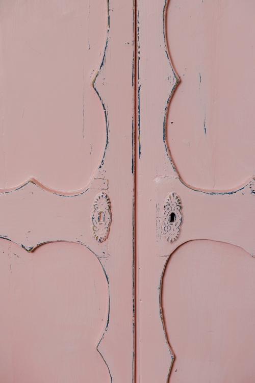 Ett gulligt gammalt skåp i rosa    SÅLT