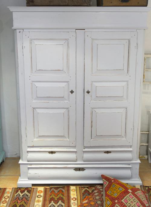 Ett vitt gammalt fint klädskåp på väg in..  SÅLT