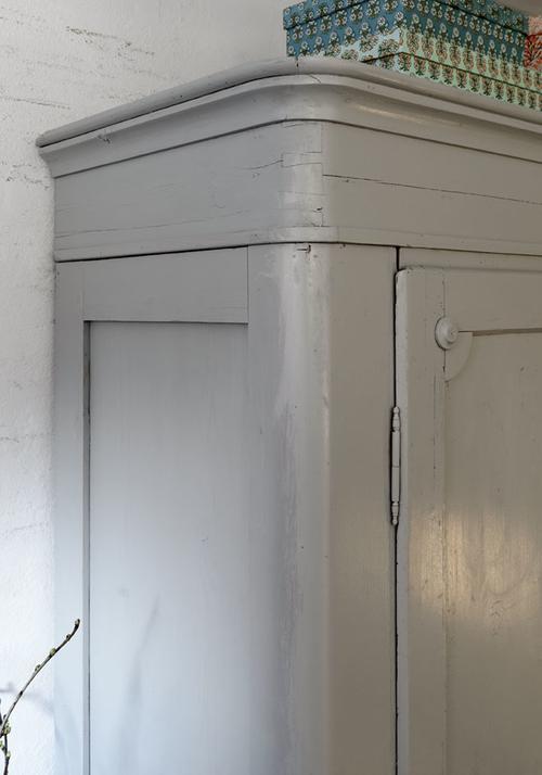 Vackert klädskåp i grått     SÅLT