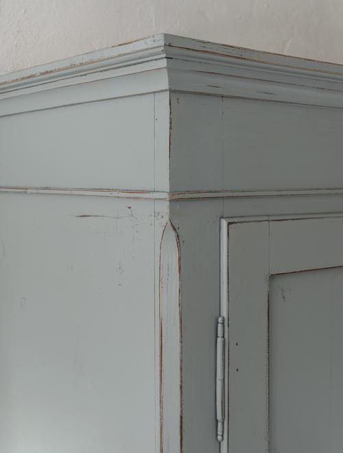 Vackert klädskåp i grå/turkost     SÅLT