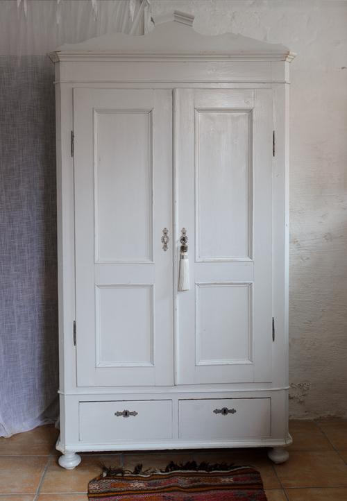 Gammalt klädskåp i ljusgrått  SÅLT