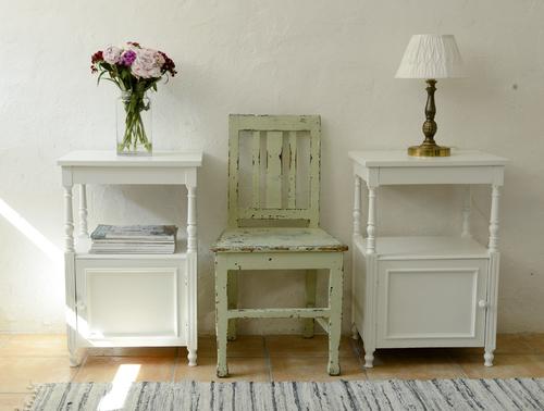 Två gamla fina sängbord i varmt vitt   SÅLDA