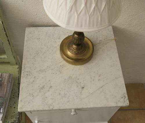 Ljusgrå sängbord/skåp med marmorskiva  SÅLDA
