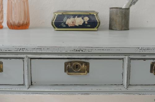 Gammalt fint skrivbord med tre lådor  SÅLT