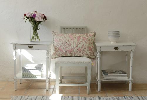 Två små avlastningsbord/sängbord i grått  SÅLDA