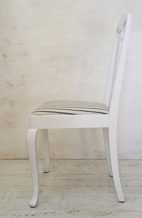 Vitmålade stolar med sits i svart/vitt      SÅLDA